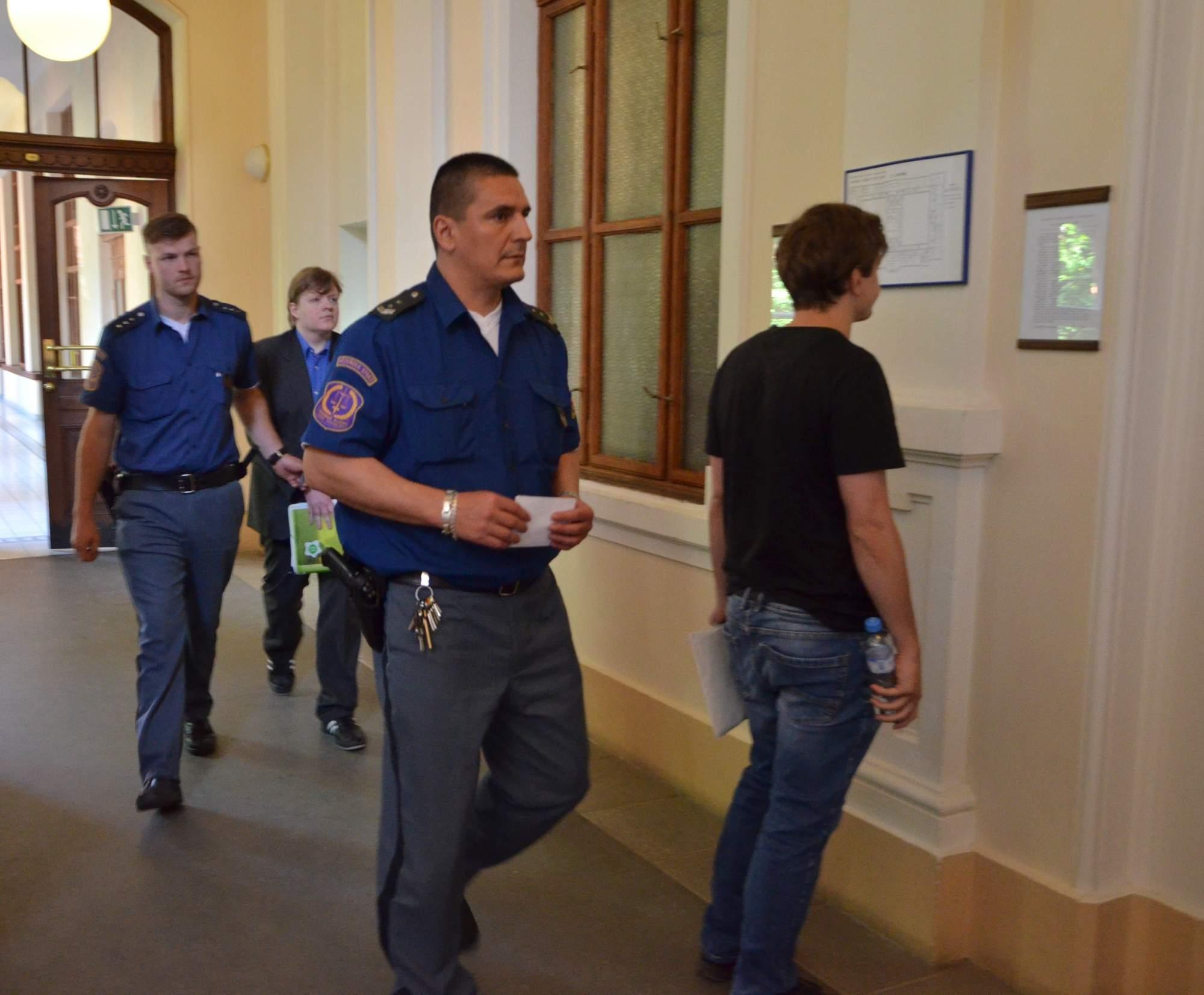 Eskorta přivádí obžalovaného Tomáše Jiřikovského. Foto: Kristýna Kucharčíková