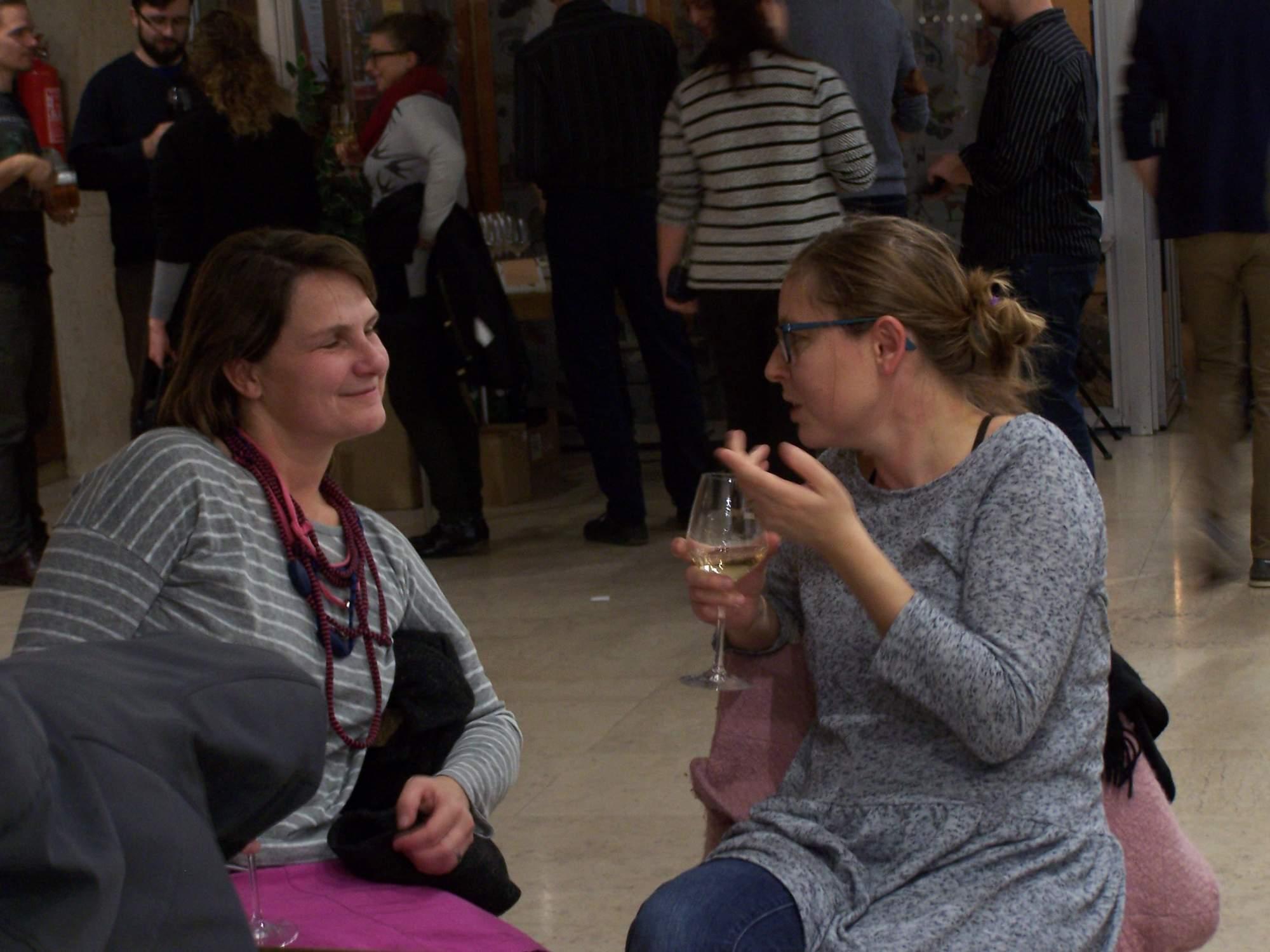 Mnoho návštěvníků si čekání na začátek programu zpříjemňovalo popíjením vína