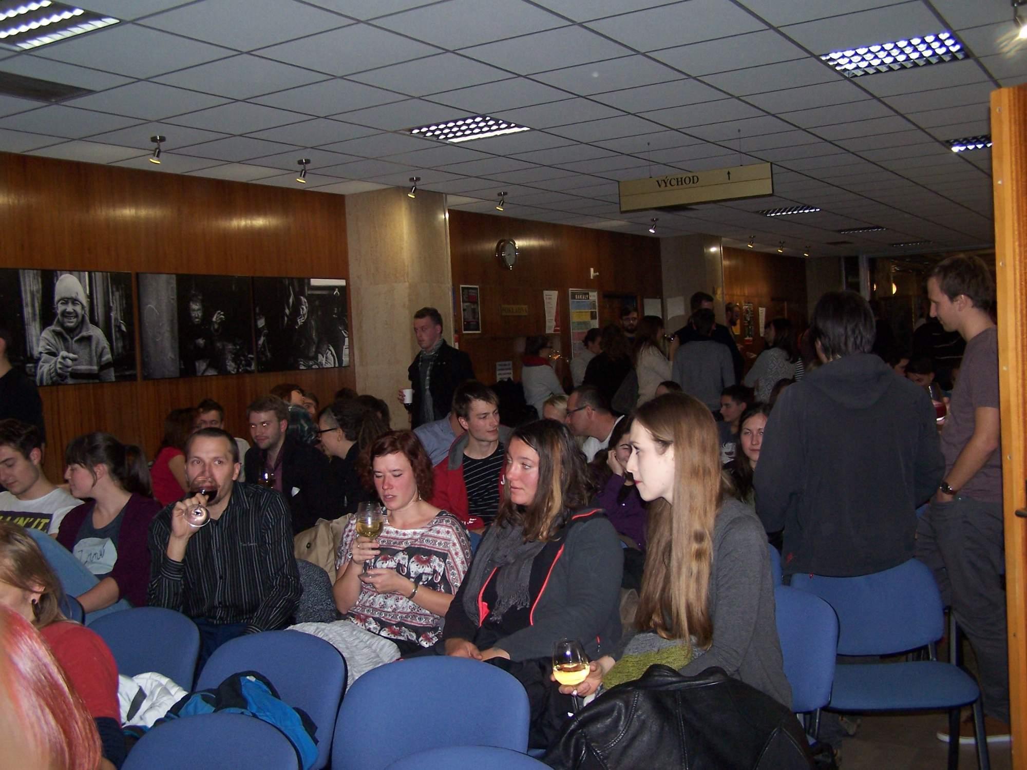 Foyer sálu Břetislava Bakaly, ve kterém se exhibice konala se velmi rychle naplnilo