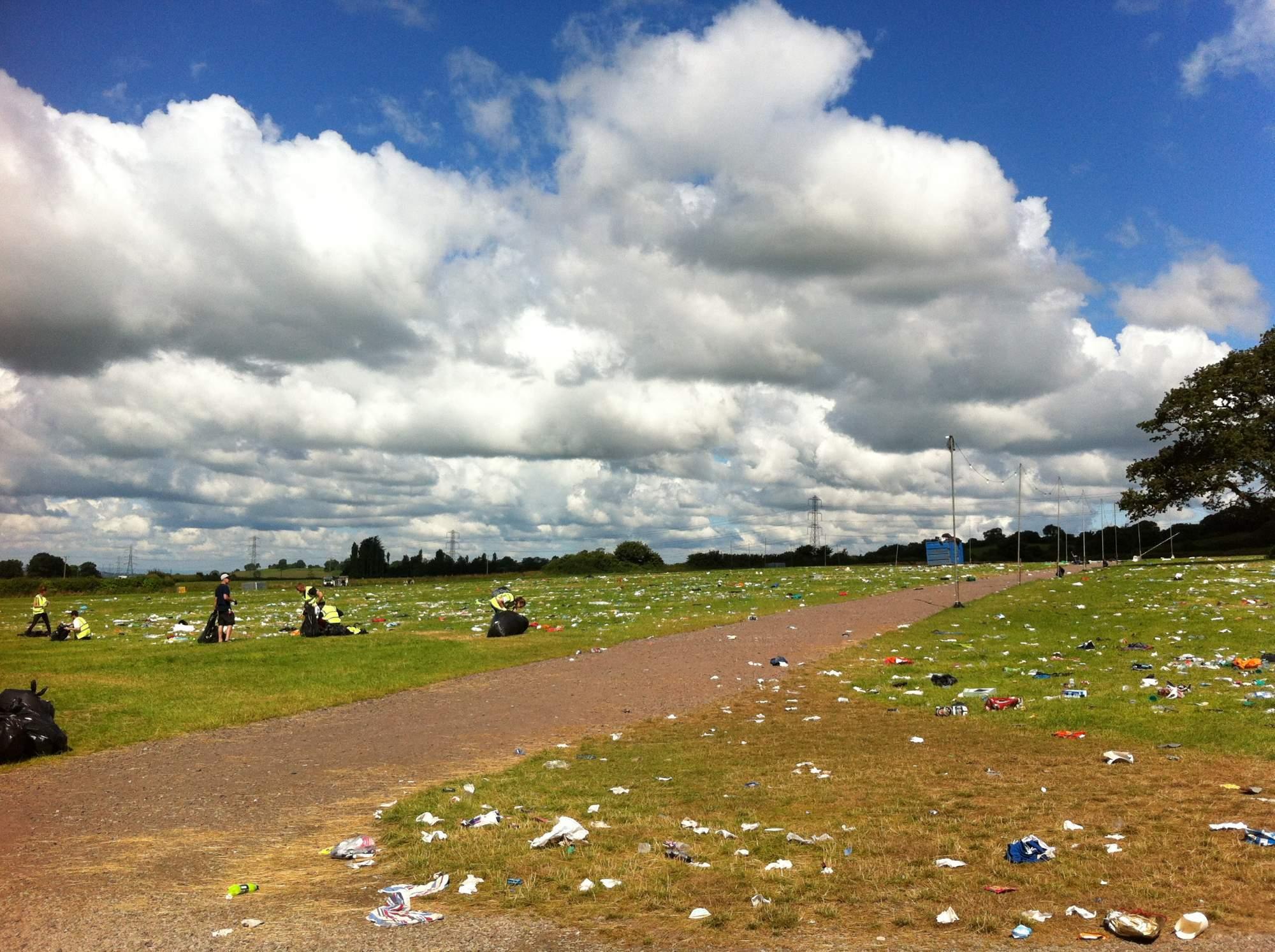 Uklízení odpadků po skončení hudebního festivalu