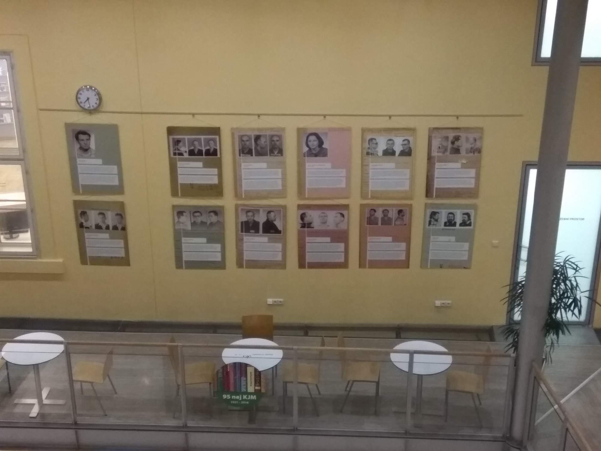 Část informačních panelů umístěných v knihovně