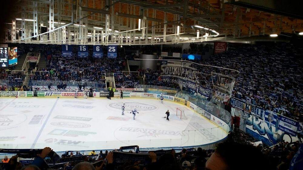 Fanoušci HC Kometa Brno ve stoje oslavují svůj vítězný tým