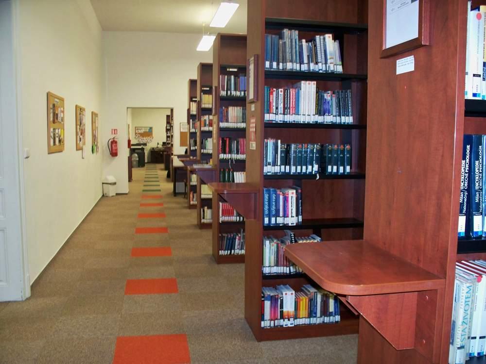 Knihovna Fakulty sociálních studií se v novém semestru představí s mnoha novinkami. Foto: Michaela Nárožná