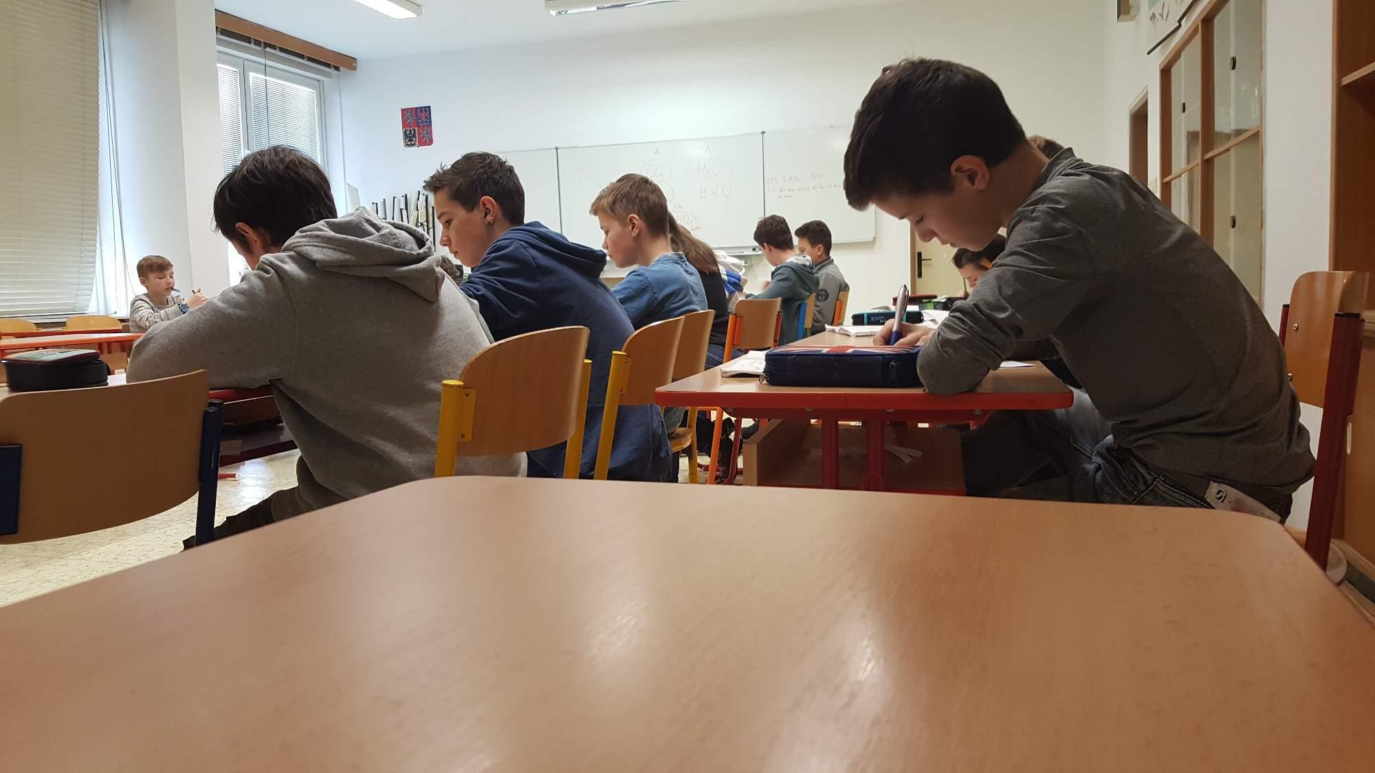 Maturita z matematiky čeká i tyto děváťáky. Foto: Adam Košir