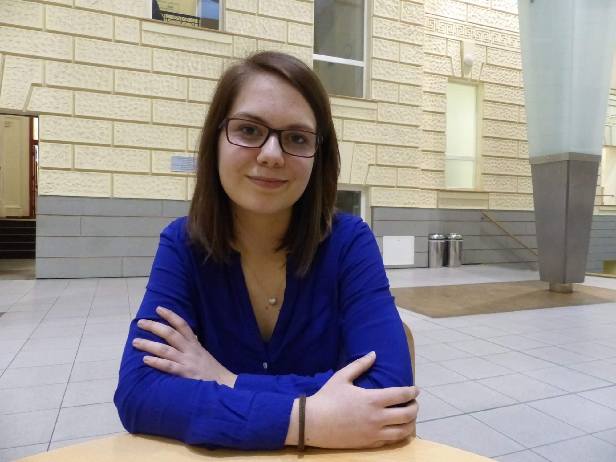 stážistka v projektu Demagog.cz Kristýna Šopfová. Foto: Ondřej Kaloud