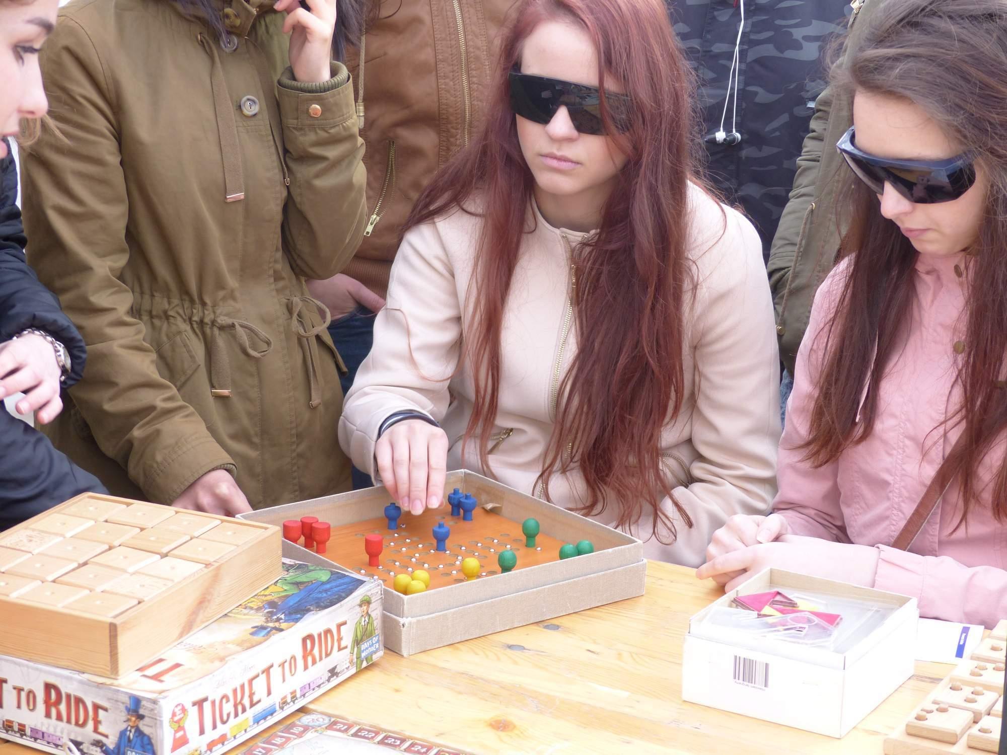 Dívky hrají speciální Člověče nezlob se. Foto: Ondřej Kaloud