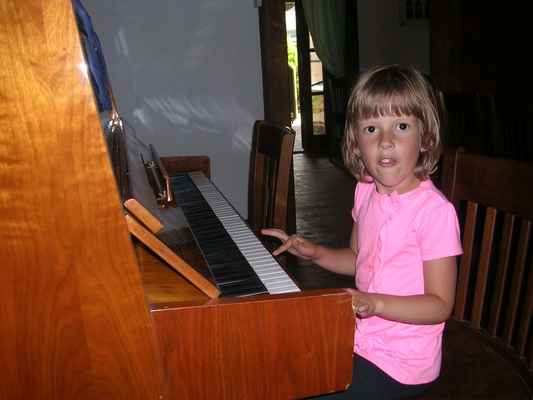 Simi žvýká kuře a hraje skladbu Kylián Nedory od kapely Psí vojáci.