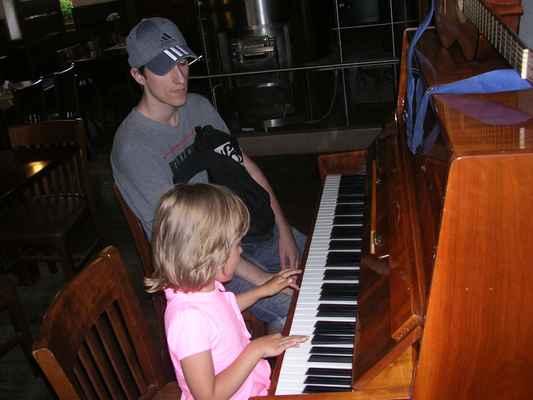 Simi hraje skladbu Kylián Nedory od kapely Psí vojáci.