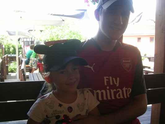 """Junior je fanoušek Gunners - stejně jako já, malá taky fandí Arsenalu a už dokonce londýnskému týmu říká """"naši"""".  COYG !!!!!!!!"""