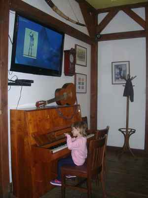 ...a tady naše malá hraje What'd i Say od RAYe CHARLESE  :-)