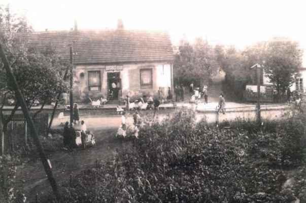 Archivní foto restaurace Ovečka (dříve U Zastávky). Horníci tutají uvnitř a manželky s kočárkama (stejnýma) čekají jestli z týdenní mzdy něco zbyde :-)