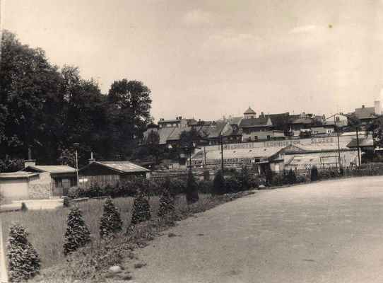 ARCHIVNÍ FOTO : Oáza před Oázou. Budova restaurace ještě neexistuje a místo skleníků je dnes ulička s řadovými domky (ulice U parku).