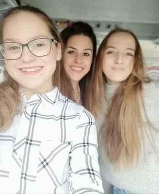 Anna Berglová (vlevo), paní učitelka Terezie Malečková (uprostřed) a Anna Mudrová (vpravo)