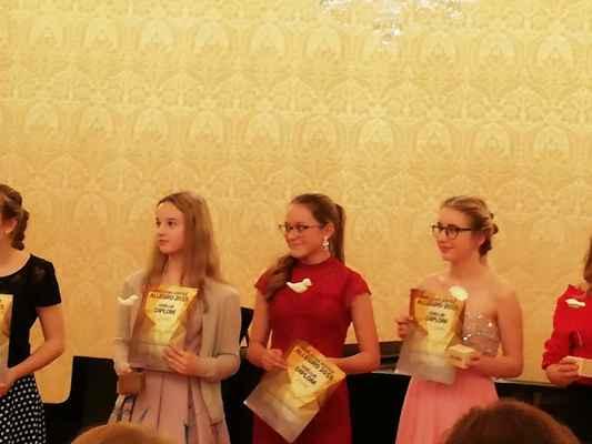 Veronika Berglová (uprostřed) se umístila na 2. místě - při předání diplomu