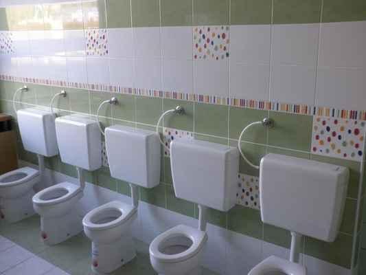 MŠ Milánská - obklad stěn a usazení dětských záchodků
