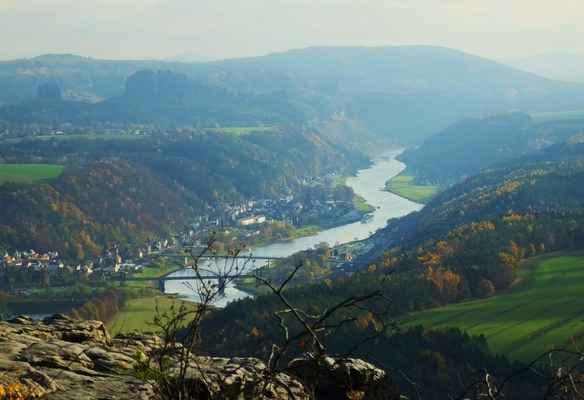 přizoomovaný snímek z liliensteinu, vlevo pod obzorem je skalní suk falkensteinu a vedle je nejvyšší vrchol šrámových kamenů - hoher torstein, nad ním je jedlová a zcela vpravo na obzoru je studenec (listopad 2015)...