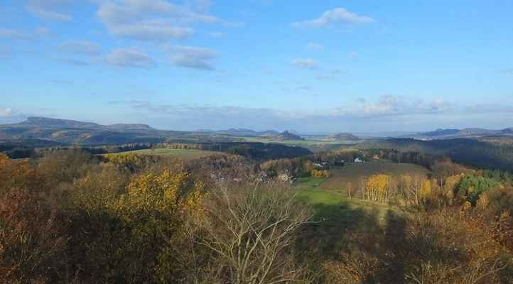 z janovské rozhledny nedaleko hřenska je krásně vidět celé saské švýcarsko od čirnštajnů vlevo až po šrámové kameny vpravo (listopad 2015)...