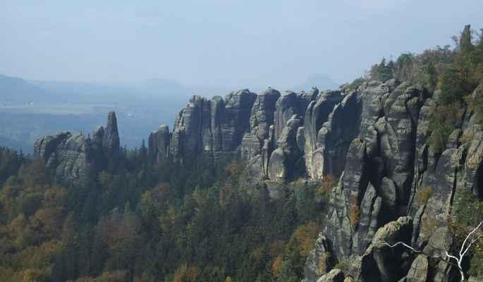 skalní město schrammsteine s náznakem königsteinu a liliensteinu v pozadí...
