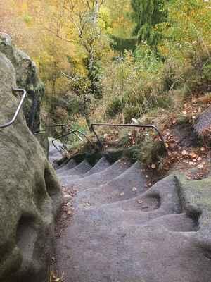po hřebeni vede místy velmi dobrodružná cesta plná schodů a četných železných žebříků...