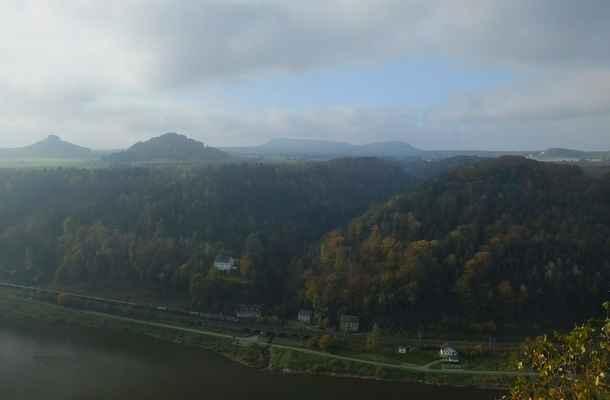 pohled na protější stranu labe - vlevo je zirkelstein, vedle je kaiserkrone, uprostřed jsou čirnštajny a úplně vpravo drobný wolfsberg...