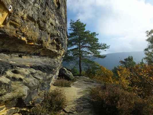 okolo kouřících kamenů vede převážně po skalní římse okružní cesta...