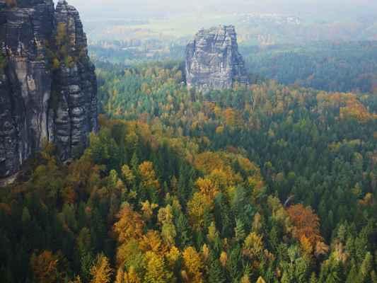 protilehlá mohutná skalní věž falkenstein se zbytky sředověkého hradu...