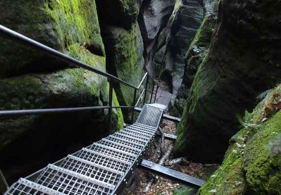 celá oblast šrámových kamenů je plná podobných kovových schodů a žebříků...