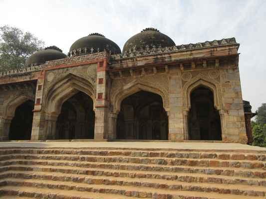 Hrob Mohammeda Shaha, druhého posledního z vládců Sayyidových dynastií , nejstarší z hrobek v zahradě, postavil v roce 1444 Ala-ud-din Alam Shah jako poctu Mohamedovi Shahovi. Vzhledem k tomu, že z těchto dvou období zůstává v Indii málo architektury, Lodi Gardens je důležitým místem uchování. Hrobka Mohameda Shah je vidět z cesty, a je nejstarší struktura v zahradách. Architektura je charakterizována osmihrannou komorou, s kamennými chhajjas na střeše a guldasty na rohu.