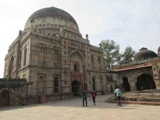 Lodhi zahrady jsou městským parkem a  nachází v New Delhi. Rozprostírají se na  90 akrů (360 000 m 2 ), obsahují  hrob Mohammeda Shaha, hrobku Sikandar Lodi , Shishu Gumbad a Bara Gumbad ,] architektonické práce z 15. století Lodí - který vládl části severní Indie a Provincie Punjab a Khyber Pakhtunkhwa dnešního Pákistánu od roku 1451 do roku 1526. Místo je nyní chráněno archeologickým průzkumem Indie