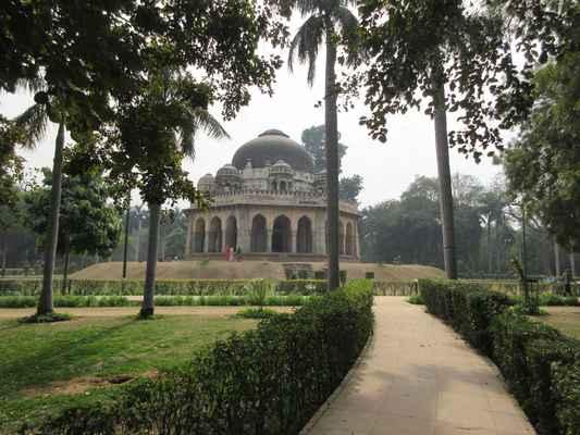 Vzhledem k tomu, že z těchto dvou období zůstává v Indii málo architektury, Lodi Gardens je důležitým místem uchování. Hrobka Mohameda Shah je vidět z cesty, a je nejstarší struktura v zahradách. Je to dobrý příklad kombinace hindských a islámských stylů architektury. Hindské rysy zahrnují osm chhatrisů, z nichž každá je zakončena lotosovým finálem s dekorativní kapela kolem základny; rohové okrasné vrcholy (guldastas) a chhajja