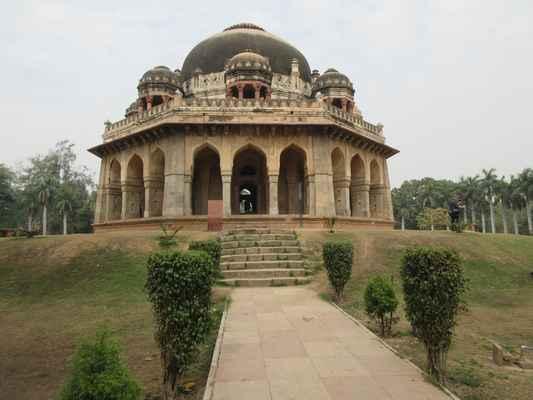 Další hrobka v zahradách je  Sikander Lodi , která je podobná hrobce Mohammeda Shaha, ačkoli bez chhatry , byla postavena jeho synem Ibrahim Lodi v roce 1517, posledním sultánem Dillí z Lodi dynastie, když byl poražen Babur , první bitva Panipatu v roce 1526, která položila základ Mughalské říše . Jeho hrobka se často mylně považuje za Shisha Gumbad a nachází se v blízkosti kanceláře tehsil v Panipat , poblíž Dargahu Sufi svatého Bu Ali Shah Qalandar. Jedná se o jednoduchou obdélníkovou strukturu na vysoké plošině, na kterou se přiblíží schody. Hrobka byla rekonstruována Brity a nápis zmínku o porážce Ibrahima Lodi v rukou Babur a renovace byla zahrnuta v 1866. Pod Mughals hlavní renovace by se často odehrávala v závislosti na tom, jaké příležitosti by používaly zahrady pro Akbar Velkou měrou byla zahrada použita jako hvězdárna a uchovávaly záznamy v účelové knihovně.