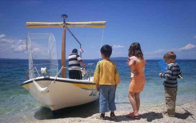 Chorvatsko - Gradac. Děti a loď.