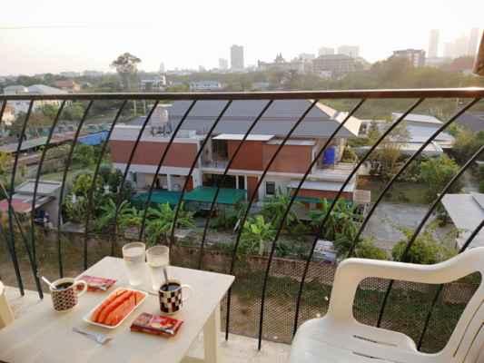 Nejprve káva, sladkost a papaya na balkoně.