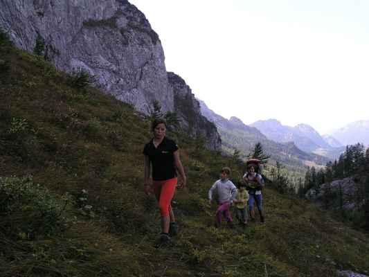 závěr doliny Langkar, brzy vyjdeme ze stínu stěny na slunce