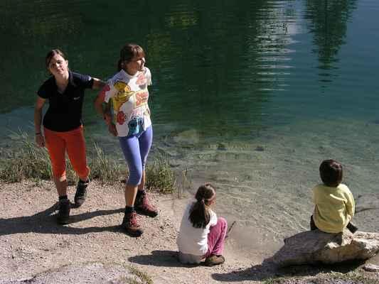 u Pohádkového jezírka, pozorujeme rybičky a vzpomínáme na letní koupel