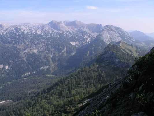 dolina Oderntal a její závěr pod Trawengem - údolí Langkar. Na horizontu uprostřed Velký a Malý Tragl, doprava pak Lockenkogel zakončený Sturzhahnem a mohutný Traweng