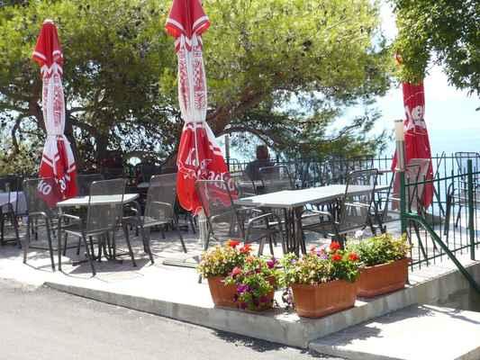 Venkovní restaurace u penzionu ABEL.