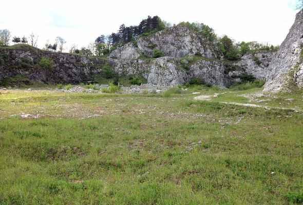 Štramberk - vrch Kotouč - Původní vápencový lom zarůstá. V pozadí přístřešek s propasťovitou jeskyní!