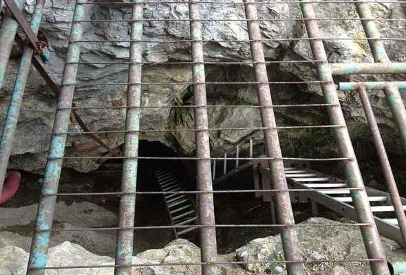"""Štramberk - Další podzemní prostory jsou tedy odtékající vodou potvrzeny, ale  nikdo se nehrne do dalších potřebných několika víkendů kýblování...  Přitom objev by to měl být velmi zajímavý a prostory rozsáhlé! Nemít to z Brna """"tak daleko"""", šli bychom to tam snad s kámošema dočistit a objevit!"""