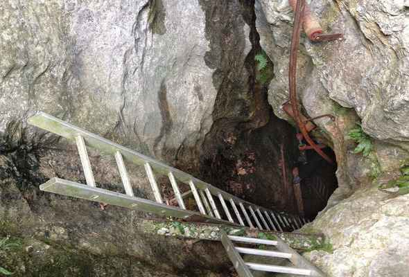Štramberk - Pouťová jeskyně - Propast je vystrojena žebříky něco přes 26 metrů, tedy až k dolní podestě, tam pak jsou určité boční prostory.
