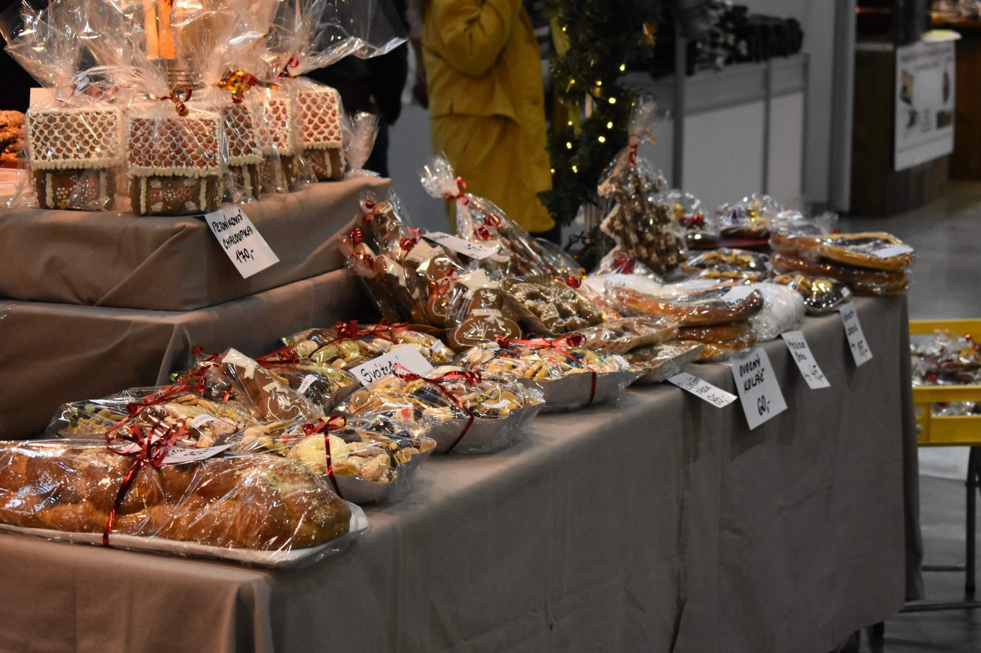 Nechybí ani vánoční cukroví a vánočky. Foto: Eliška Podzemná