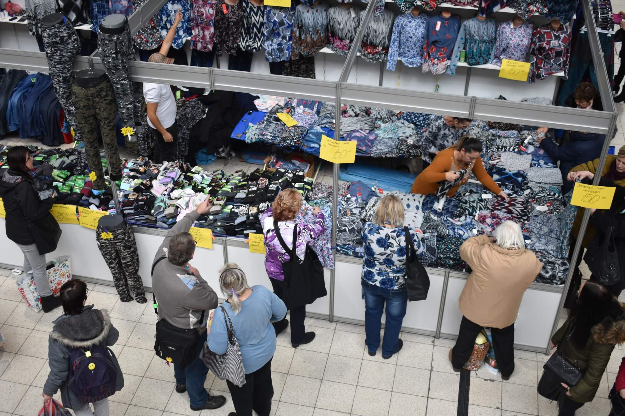 Stánků s oblečením je na veletrhu spoustu. Foto: Eliška Podzemná
