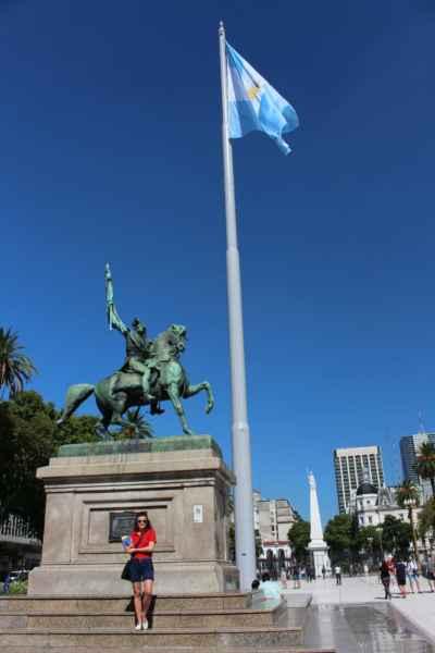 s vlajkou a Kryštofem Kolumbem za zády