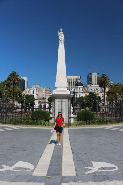 v centrální části se nachází památník Pirámide de Mayo