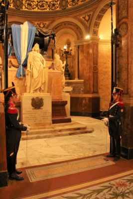 Katedrála Metropolitana a střežené mauzoleum San Martína hrdiny boje za nezávislost