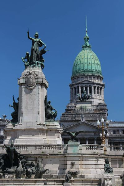 místo zasedání dolní a horní sněmovny, v popředí socha s postavou Republika.