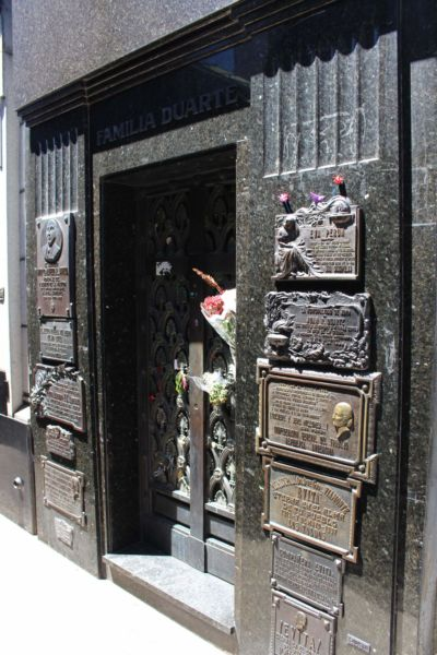 hrobka Evity Perón je schovaná nenápadně v úzké uličce