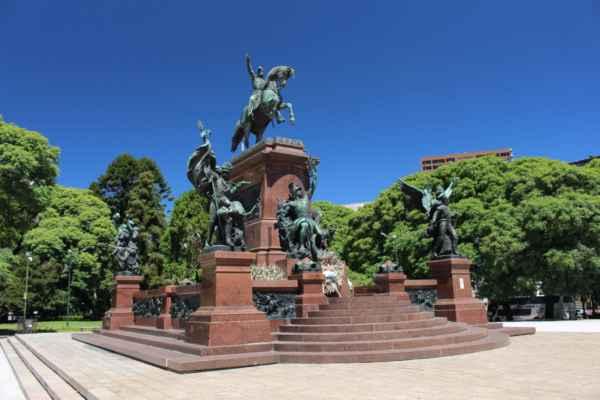a toto je památník San Martína na stejnojmenném náměstí
