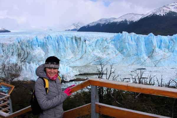 je možno sledovat praskající bloky ledu, jak padají do vody