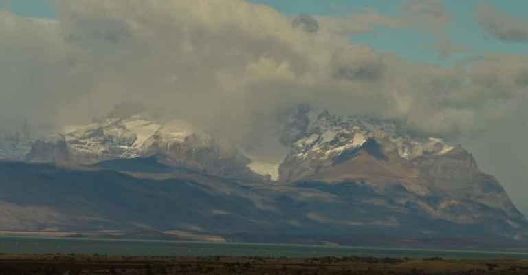 divoké zasněžené kopce